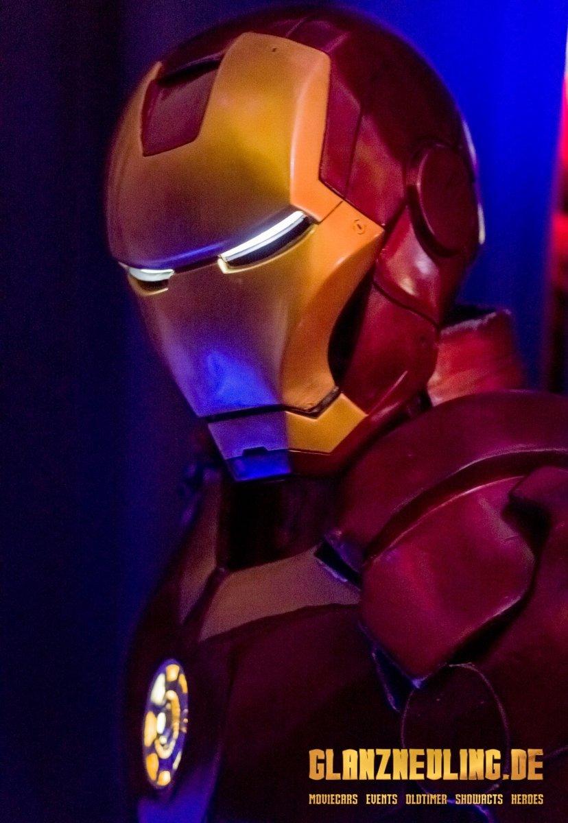 aktiver superheld in iron rüstung