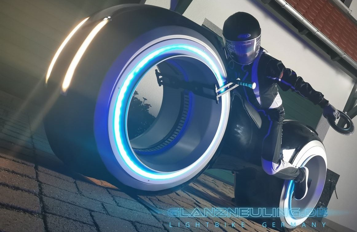 futurebike lightcycle mieten mit biker im VR LED  Gaming LOOK