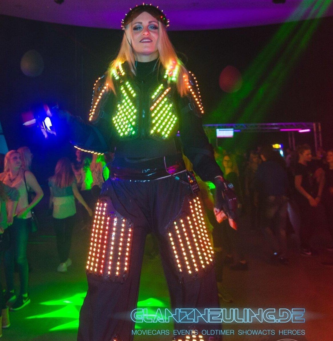 Stelzenläuferin Tänzerin LED Show Laser